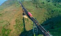 Sapa mit dem Blick aus Bergbahn Muong Hoa bewundern