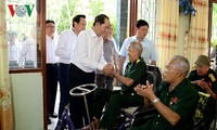 Trân Dai Quang rend visite aux invalides de guerre dans un centre de soin