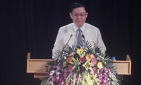 Vuong Dinh Huê à la conférence sur la promotion des longanes de Hung Yên