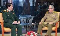 Un responsable de l'Armée populaire vietnamienne reçu par Raul Castro