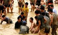 Un concours de pêche à mains nues à Tuyên Quang