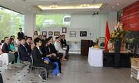 Le 129e anniversaire du Président Hô Chi Minh fêté à l'étranger