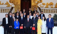 PM encourages Singaporean firms to invest in Vietnam