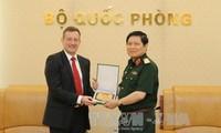 Le général Ngo Xuan Lich reçoit l'ambassadeur de France au Vietnam