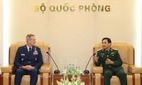 Le chef d'état-major général reçoit commandant des forces aériennes américaines du Pacifique
