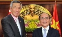 Parlamentspräsident Nguyen Sinh Hung trifft Singapurs Premierminister Lee Hsien Loong