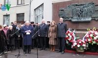 Russland hängt Schild zur Erinnerung an Gefallene während des Krieges auf