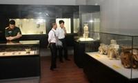 """Vietnamesische Bildhauerei aus Keramik in einer Ausstellung """"Alte Skulpturen aus Vietnam"""""""