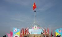 """Der Hissen der Nationalflagge """"Vereinigung des Landes"""" in Quang Tri"""