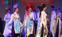 Präsentation der vietnamesischen Tracht Ao Dai auf der Messe in Paris 2015