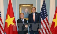 Parlamentspräsident Nguyen Sinh Hung trifft US-Außenminister John Kerry