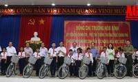Vizepremierminister Truong Hoa Binh überreicht Fahrräder an bedürftige und lerneifrige Kinder