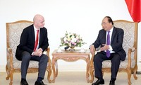 Premierminister Nguyen Xuan Phuc empfängt den FIFA-Präsident Gianni Infantino
