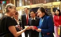 Die ersten ausländischen Gästen besuchen die Ha Long-Bucht