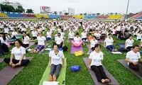 1200 Einwohner  aus Hanoi nehmen an der Vorführung zum Weltyogatag teil