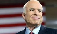 Politiker von den USA und Ländern weltweit bedauern den Tod des Senators John McCain