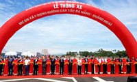 Vize-Premierminister Trinh Dinh Dung nimmt an der Einweihung der Autobahn Da Nang-Quang Ngai teil