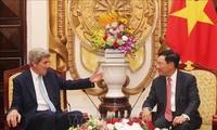 Vize-Premierminister Pham Binh Minh empfängt den ehemaligen US-Außenminister John Kerry