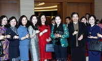 Parlamentspräsidentin Nguyen Thi Kim Ngan beglückwünscht das Parlamentsbüro