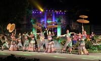 Touristen besuchen das Lim-Fest in der Provinz Bac Ninh