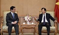 Vize-Premierminister Trinh Dinh Dung empfängt den Direktor von JBIC