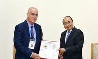 Premierminister Nguyen Xuan Phuc empfängt die Delegation der ausländischen Nachrichtenagentur