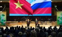 Russlands und Vietnams Regierungschefs nehmen an Eröffnung des Vietnam-Russland-Jahres teil