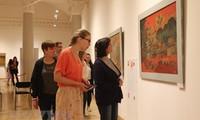 Vietnamesische Lackbilder werden vor Publikum in Russland vorgestellt