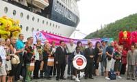Tàu biển Celebrity Millennium chở hơn 1.000 du khách cập cảng Chân Mây