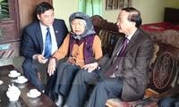 Trưởng Ban Tổ chức Trung ương Tô Huy Rứa thăm, tặng quà các gia đình chính sách tỉnh Bắc Ninh