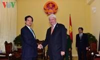 Премьер Вьетнама принял заместителя генсека ООН и министра юстиции Алжира