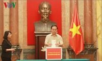 Лидеры Вьетнама сделали пожертвования в помощь пострадавшим от наводнения в центральной части страны