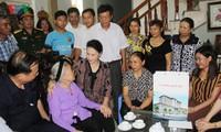 Нгуен Тхи Ким Нган навестила семьи инвалидов войны и павших фронтовиков в Хайзыонге