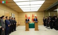 Президент Вьетнама и премьер Японии провели совместную пресс-конференцию