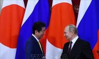 Абэ заявил о намерении обсудить с Путиным мирный договор