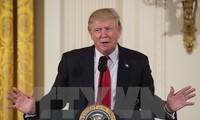"""Presiden AS, Donald Trump menandatangani dekrit menghentikan kebijakan migran """"yang tidak kenal ampun"""""""