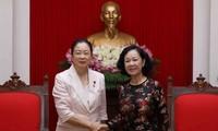 Kepala Departemen Penggerakan Massa Rakyat KS PKV, Truong Thi Mai menerima delegasi legislator wanina  dari Partai Liberal Demokrat Jepang