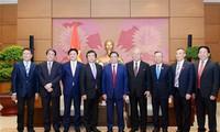 Ketua Kelompok Legislator Persahabatan Vietnam-Jepang, Pham Minh Chinh menerima Menteri urusan kebijakan laut, Kantor Kabinet Jepang