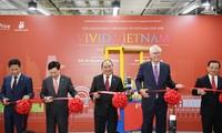 PM Vietnam, Nguyen Xuan Phuc menggunting pita untk membuka Pekan barang Vietnam di Singapura