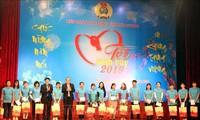 Memperkuat aktivitas-aktivitas memikirkan kebutuhan Hari Raya Tet kepada kaum miskin dan warga etnis minoritas