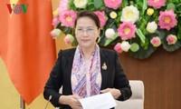 Ketua MN Vietnam melakukan temu muka dengan kalangan seniman tipikal