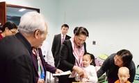 Pimpinan Partai Komunis dan Negara Vietnam mengunjungi dan memberikan bingkisan Hari Raya Tet kepada warga