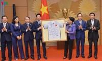 Ketua MN Vietnam, Ibu Nguyen Thi Kim Ngan memberikan bingkisan  kepada badan-badan usaha yang turut membantu masyarakat