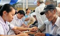 Keempat rumah sakit besar melakukan pemeriksaan dan pengobatan gratis di Patung Monumen Ly Thai To, Distrik Hoan Kiem, Kota Ha Noi