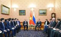 PM Nguyen Xuan Phuc melakukan pembicaraan dengan PM Federasi Rusia, Dmitry A.Medvedev