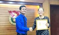 """Memberikan Lencana peringatan """"Demi generasi muda"""" kepada Kepala Perwakilan Dana Kependudukan PBB di Vietnam"""