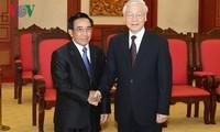 Sekjen Nguyen Phu Trong menerima delegasi tingkat tinggi Partai dan Negara Laos