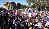 Puluhan ribu orang melakukan pawai di London untuk berseru supaya melakukan referendum ke-2