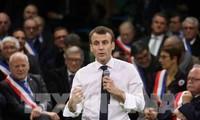 Presiden Perancis meneruskan perjalanan pertemuan dengan para wali kota dan warga