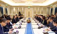 PM Nguyen Xuan Phuc melakukan pertemuan dengan badan-badan usaha papan atas Tiongkok